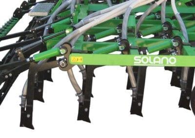 Brazos de siembra independientes en cuatro filas con separación entre filas 470 mm rejas 20 mm con plaquitas de carburo de tungsteno. Despeje bajo chasis 630 mm