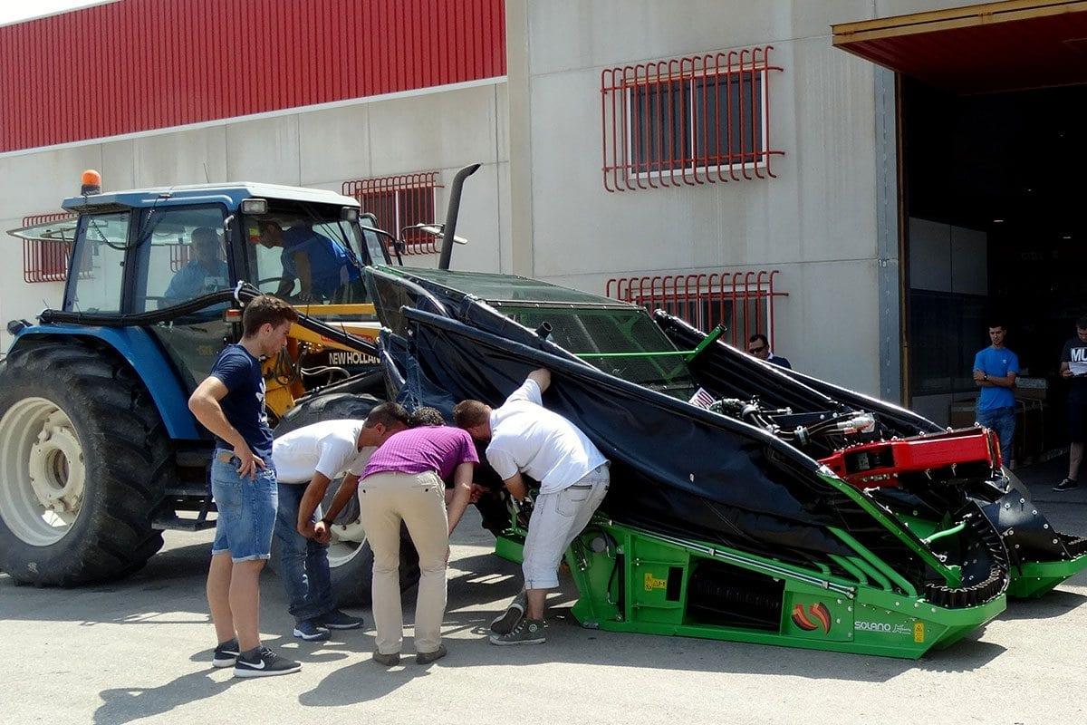 Des techniciens spécialistes de la machine agricole vérifie les nouveautés de la récolteuse